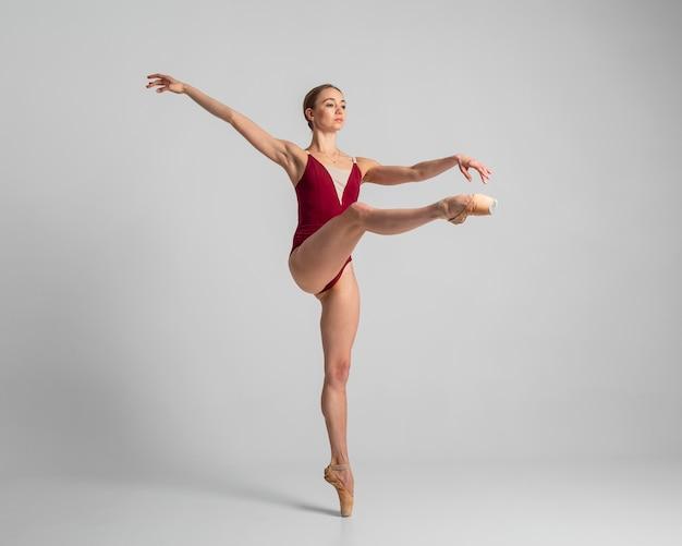 Ballerine talentueuse plein coup effectuant