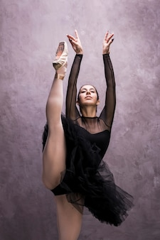 Ballerine vue de face avec un leg up