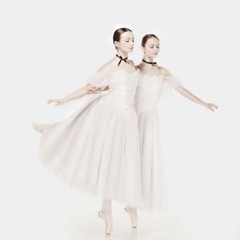 Ballerines posant dans une robe de style romantique