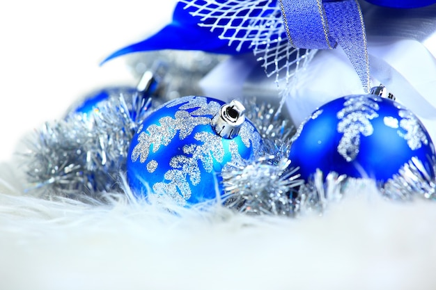 Balles de fête avec boîte-cadeau sur la neige