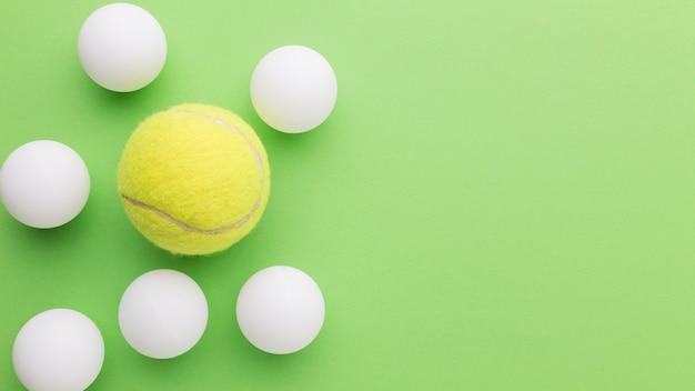 Balles de golf et balle de tennis avec copie-espace