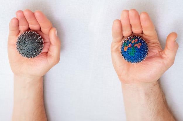 Balles de massage en caoutchouc dans les mains.