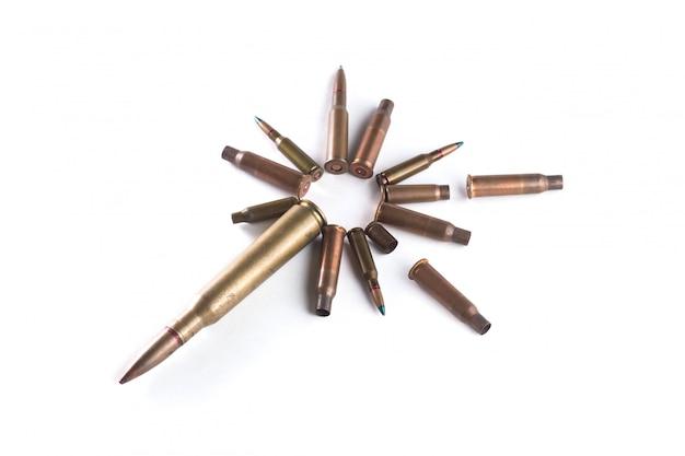 Les balles et les obus ont été disposés en cercle