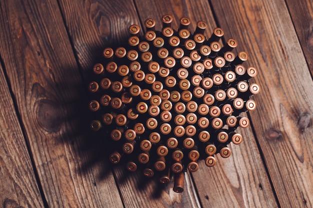 Balles sur table en bois.