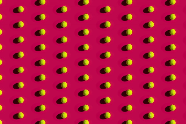 Balles de tennis avec de fortes ombres sur un rose
