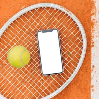 Balles de tennis avec raquette et téléphone portable