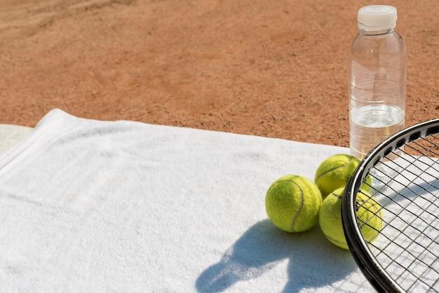 Balles de tennis et raquettes noires