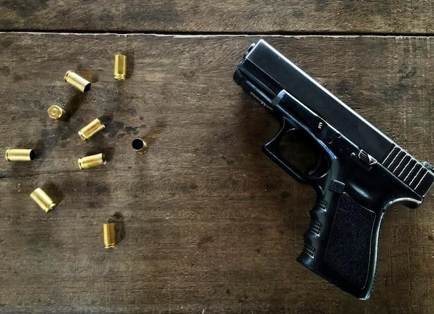 Des balles vides et une arme à feu à table