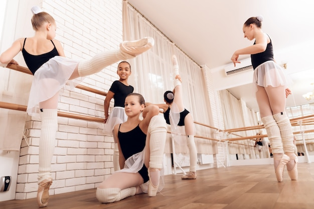Ballet bar exercices enfant ballet training.