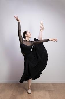 Ballet vue de face avec jambe