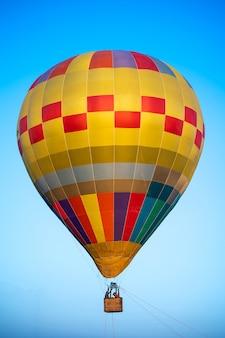 Ballon à air chaud avec ciel