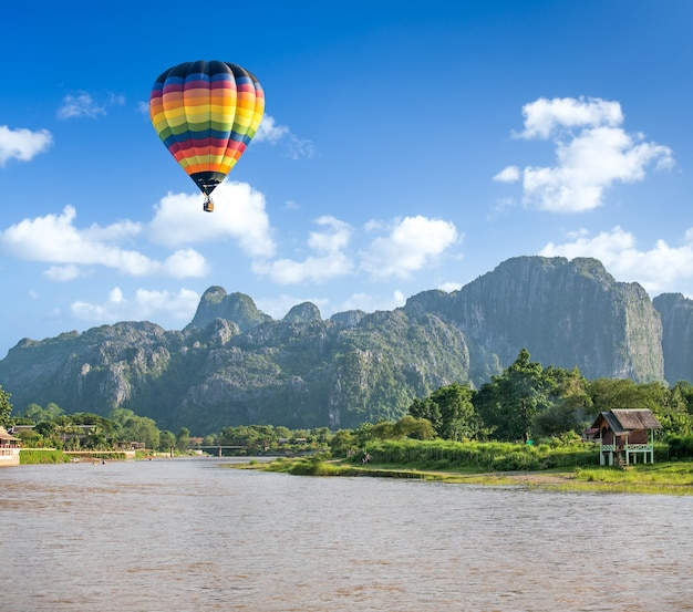 Ballon à air chaud coloré sur la rivière song vang vieng, laos