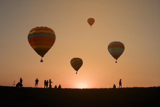 Ballon à air chaud dans le ciel coucher de soleil fond
