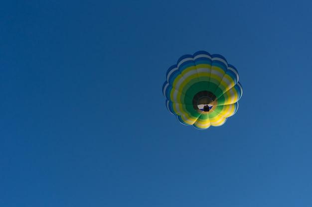 Ballon à air chaud multicolore