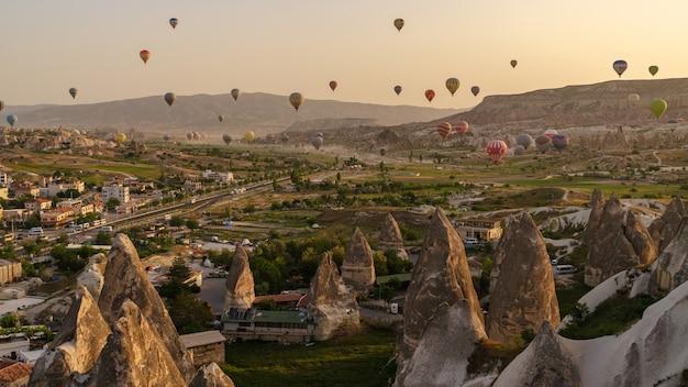 Ballon à air chaud survolant un paysage rocheux en cappadoce turquie