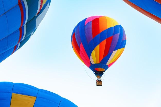 Ballon à air multicolore dans un ciel bleu clair close up