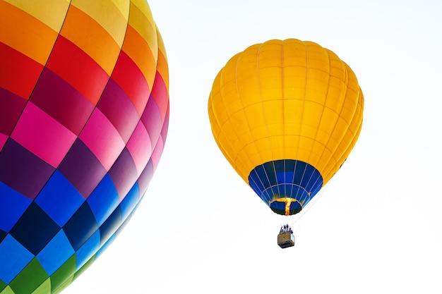 Ballon à air multicolore dans le ciel bleu clair