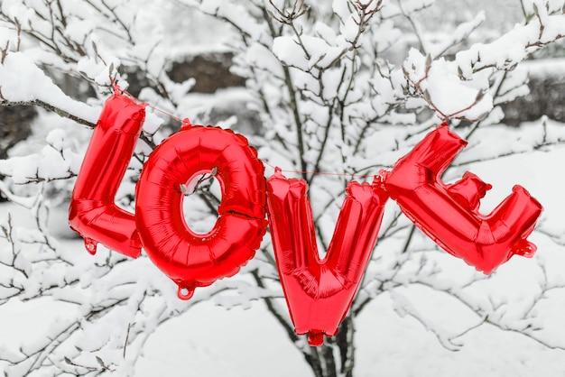 Ballon d'amour dans la neige