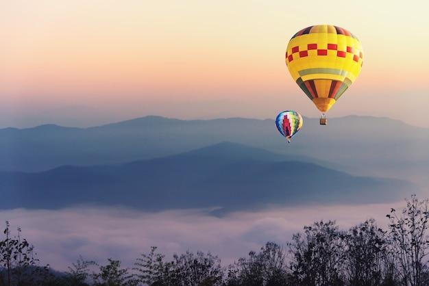 Ballon au-dessus du brouillard et des nuages paysage de vallée de montagne