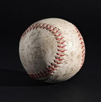 Ballon de baseball en cuir noir avec coutures apparentes