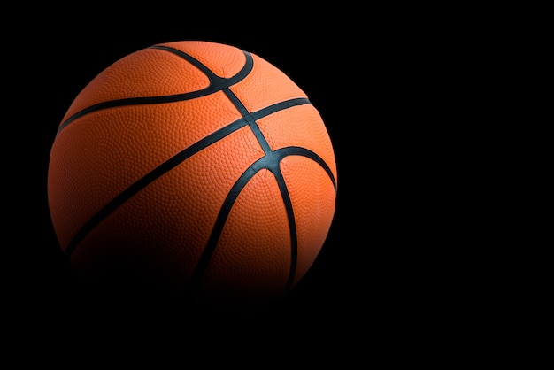 Un ballon de basket sur fond noir