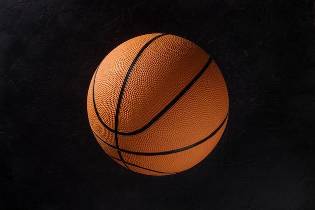 Ballon de basket sur fond noir.