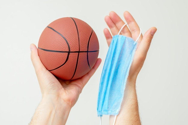 Ballon de basket avec masque médical.