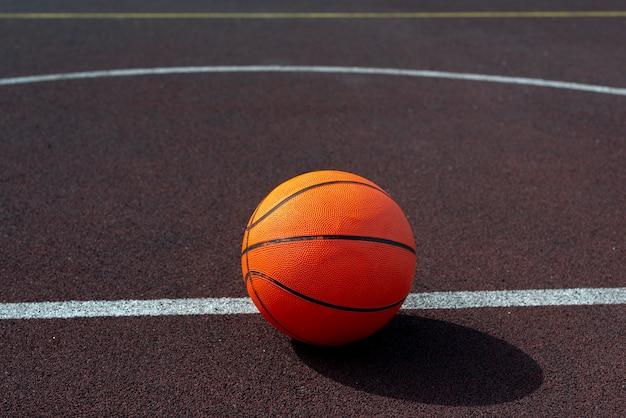 Ballon de basketball sur le terrain en plongée