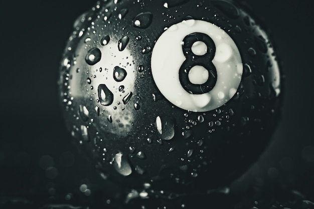 Ballon de billard numéro huit sur fond noir