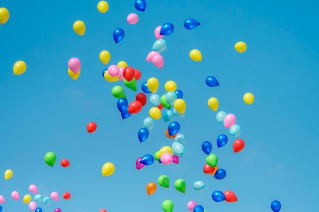 Ballon en caoutchouc avec ciel bleu