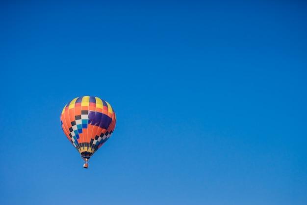 Ballon coloré avec un ciel bleu