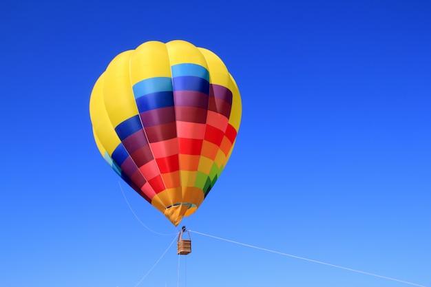 Ballon coloré couleurs vives dans le ciel bleu