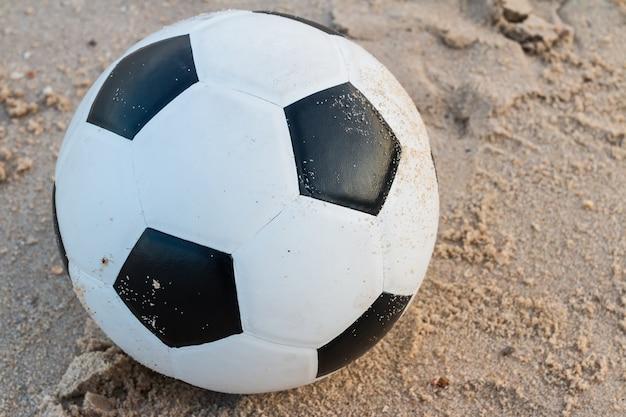 Ballon de foot sur fond de sable
