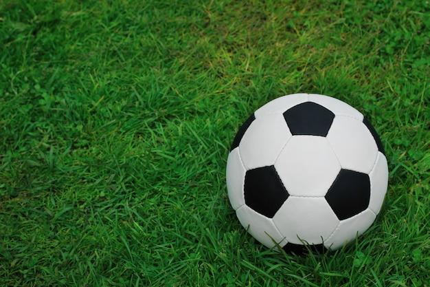 Ballon de foot sur l'herbe verte. football