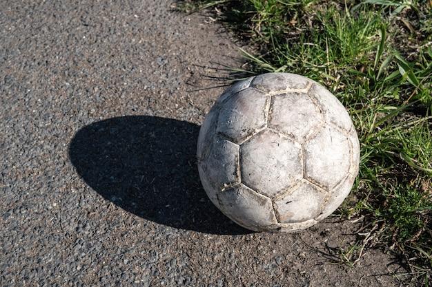 Ballon de football blanc âgé