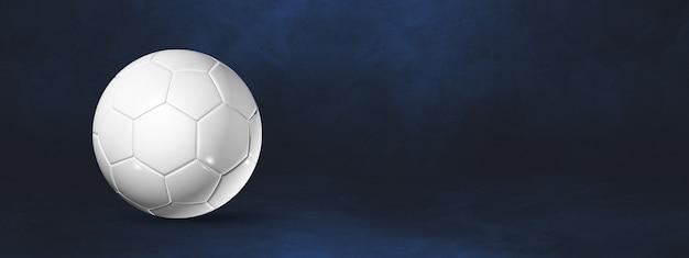 Ballon de football blanc isolé sur un bleu foncé