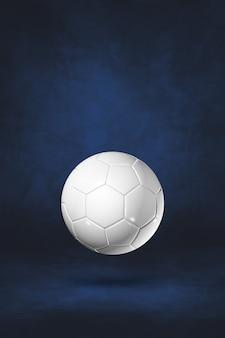 Ballon de football blanc isolé sur un fond de studio bleu foncé. illustration 3d
