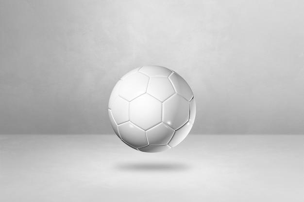 Ballon de football blanc isolé sur un fond de studio vide.