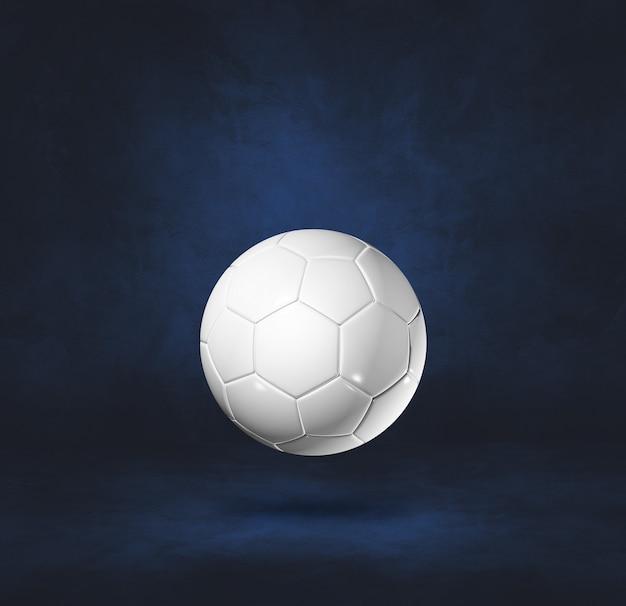 Ballon de football blanc isolé sur un mur bleu foncé. illustration 3d