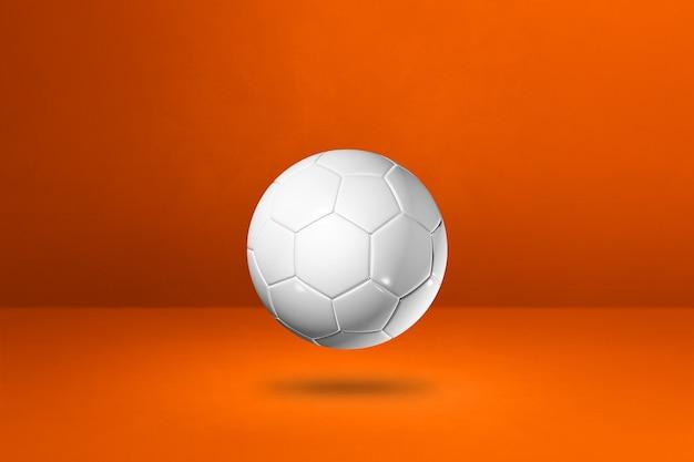 Ballon de football blanc isolé sur un mur orange. illustration 3d