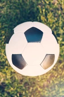 Ballon de football close-up sur l'herbe