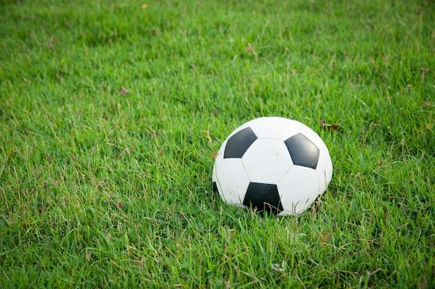 Ballon de football dégonflé sur l'herbe