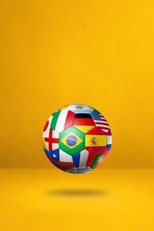 Ballon de football de football avec des drapeaux nationaux isolés sur un fond de studio jaune.