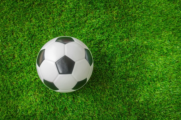 Ballon de football sur l'herbe verte.