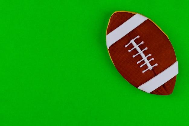 Ballon de football isolé sur fond vert pour fond de jeu de football américain. vue de dessus.