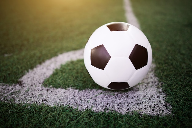 Ballon de football sur la ligne blanche au stade