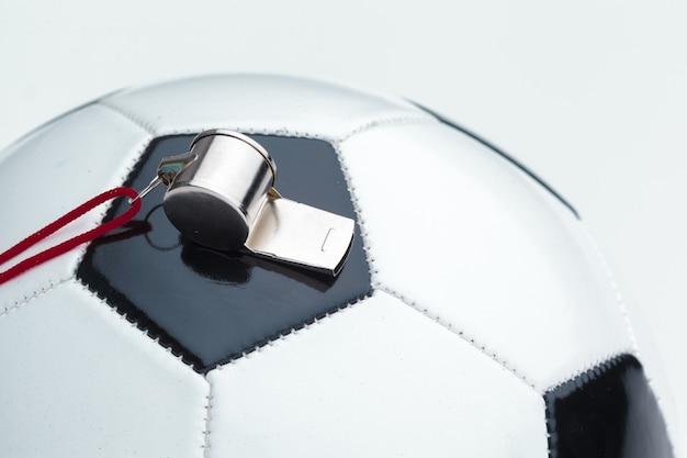 Ballon de football avec sifflet