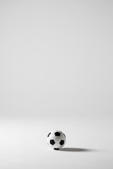 Ballon de football soccer noir et blanc isolé sur blanc