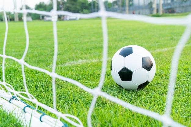 Ballon de football sur le terrain de football avec espace copie