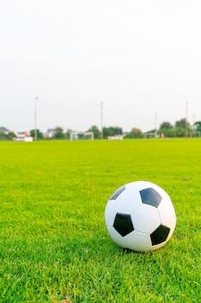 Ballon de football sur le terrain de football
